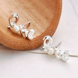 ⚜️[𝟯/$𝟭𝟯]⚜️Love Silver Pearl Stud Earrings NEW